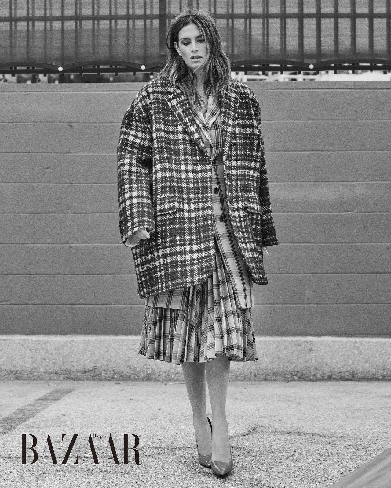 大衣、夾克、百褶裙、高跟鞋,CALVIN KLEIN。