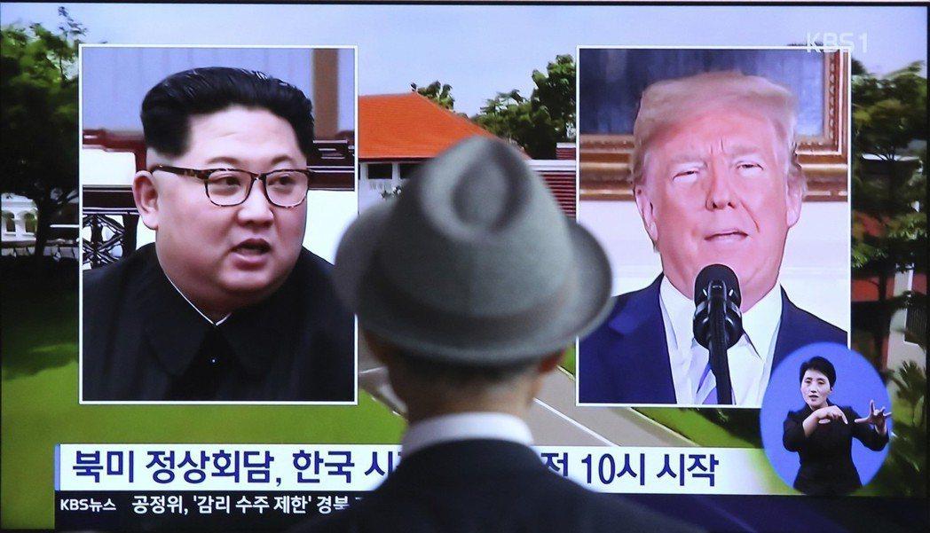 南韓民眾11日在首爾火車站觀看有關「川金會」的報導。美聯社