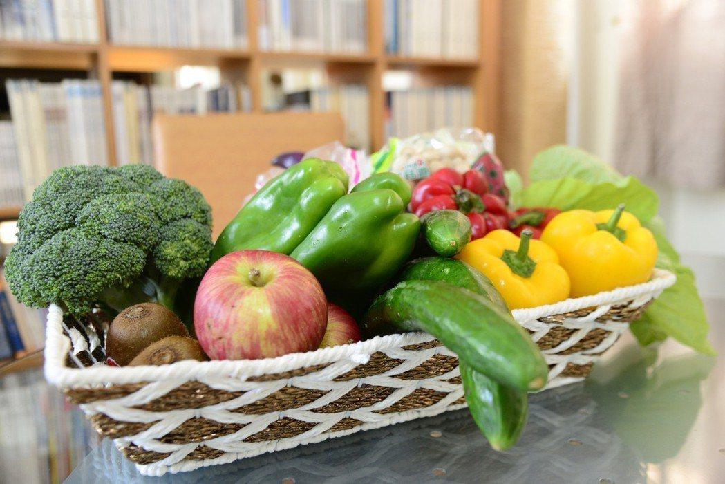 根據葛森療癌法,病患必須素食至少6週,吃特定的水果和蔬菜,而這些蔬果必須是生吃。...