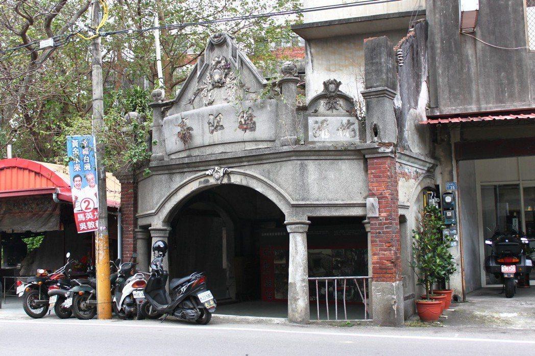 「曉江亭」是竹東人提供給過路人停留休息的「茶亭」以及「輕便車站」,縣文化局於去年...