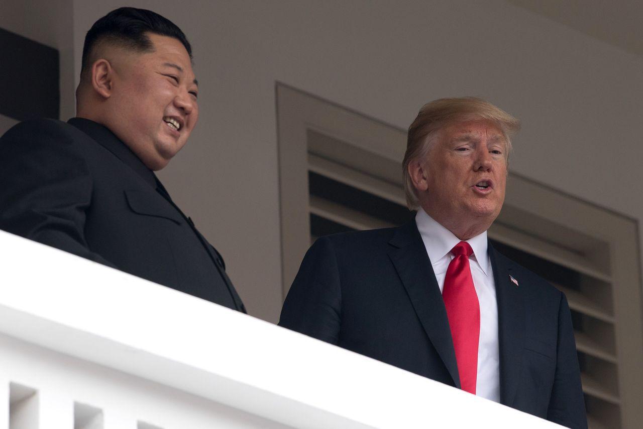 北韓領導人金正恩(左)12日結束與美國總統川普的一對一會談後,有記者問金正恩,他...