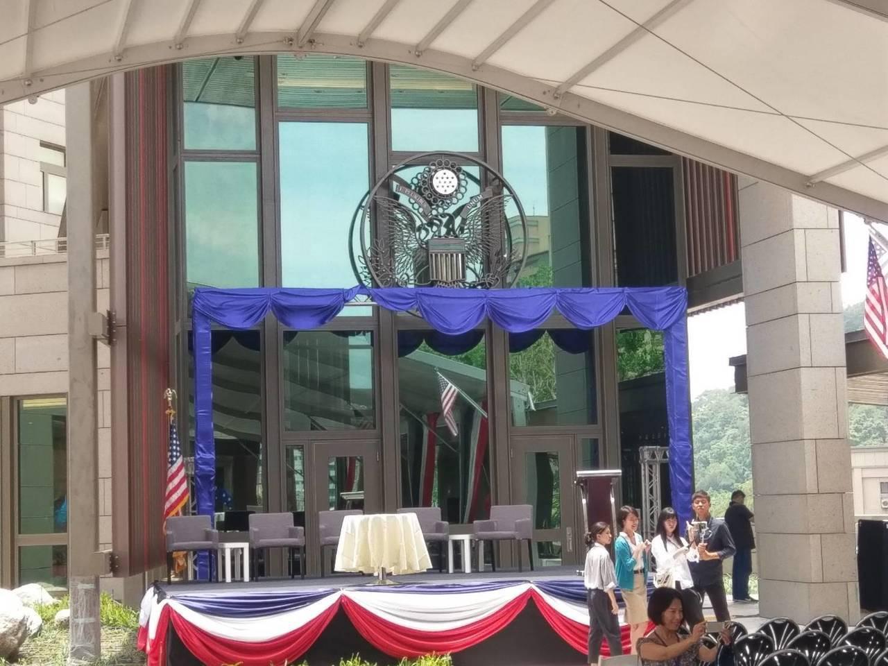 AIT正門入口的美國國徽。記者徐偉真/攝影