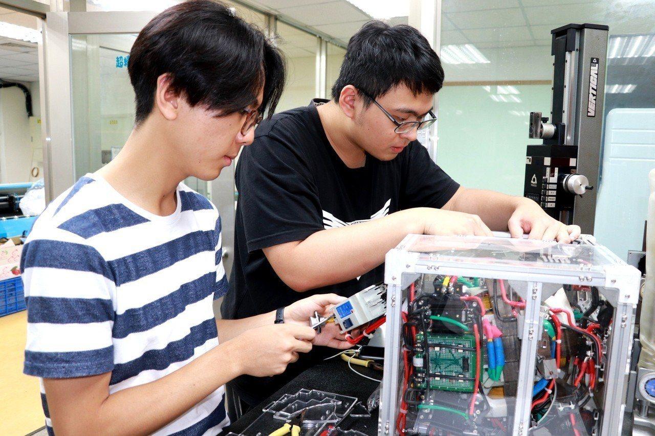顏伯勳(左)、李尚融成功開發開發球型馬達,一鳴驚人。記者謝進盛/攝影