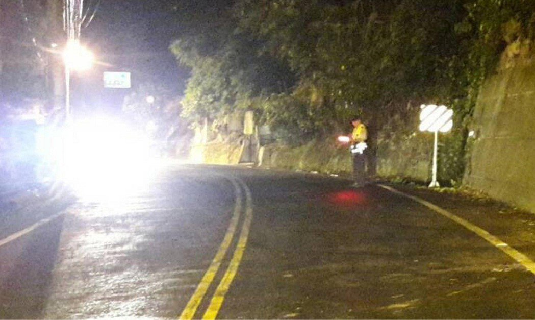 台8缐往谷關13.5公里,巨樹順坡滑下倒在路中,花兩個小時才排除。圖/東勢分局提...