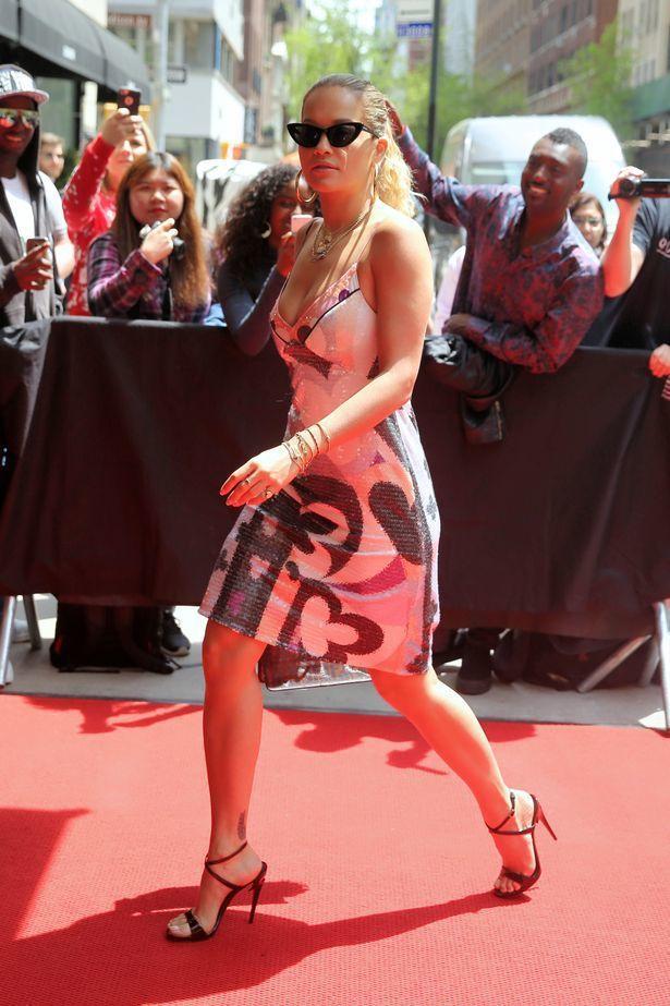 瑞塔歐拉穿「G-Heel」高跟涼鞋。圖/Giuseppe Zanotti提供