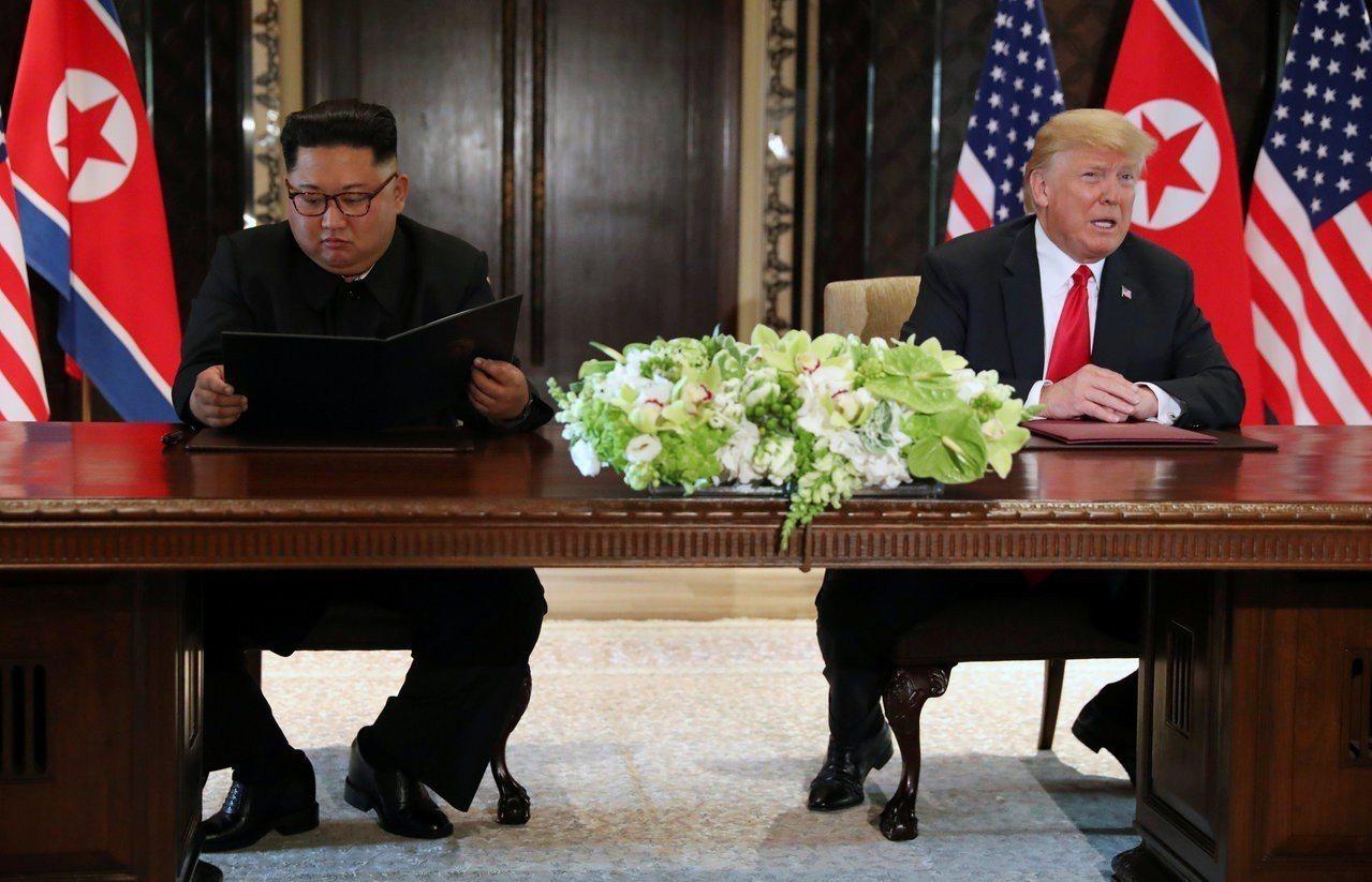 美國總統川普和北韓領導人金正恩12日在高峰會後簽署共同協議。路透