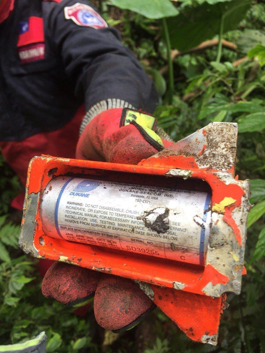 戰機撞山失事至今,搜索人員陸續尋獲墜機信標發射器、黑盒子上蓋外殼,但仍未尋獲關鍵...