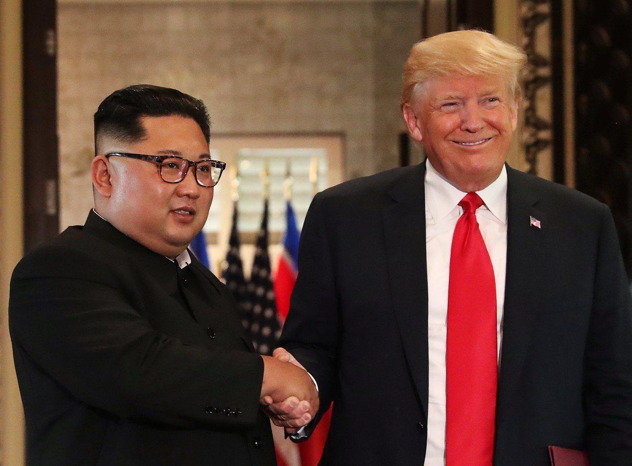 北韓領導人金正恩(左)12日和美國總統川普(右)舉行歷史性會談,金正恩看起來只比...