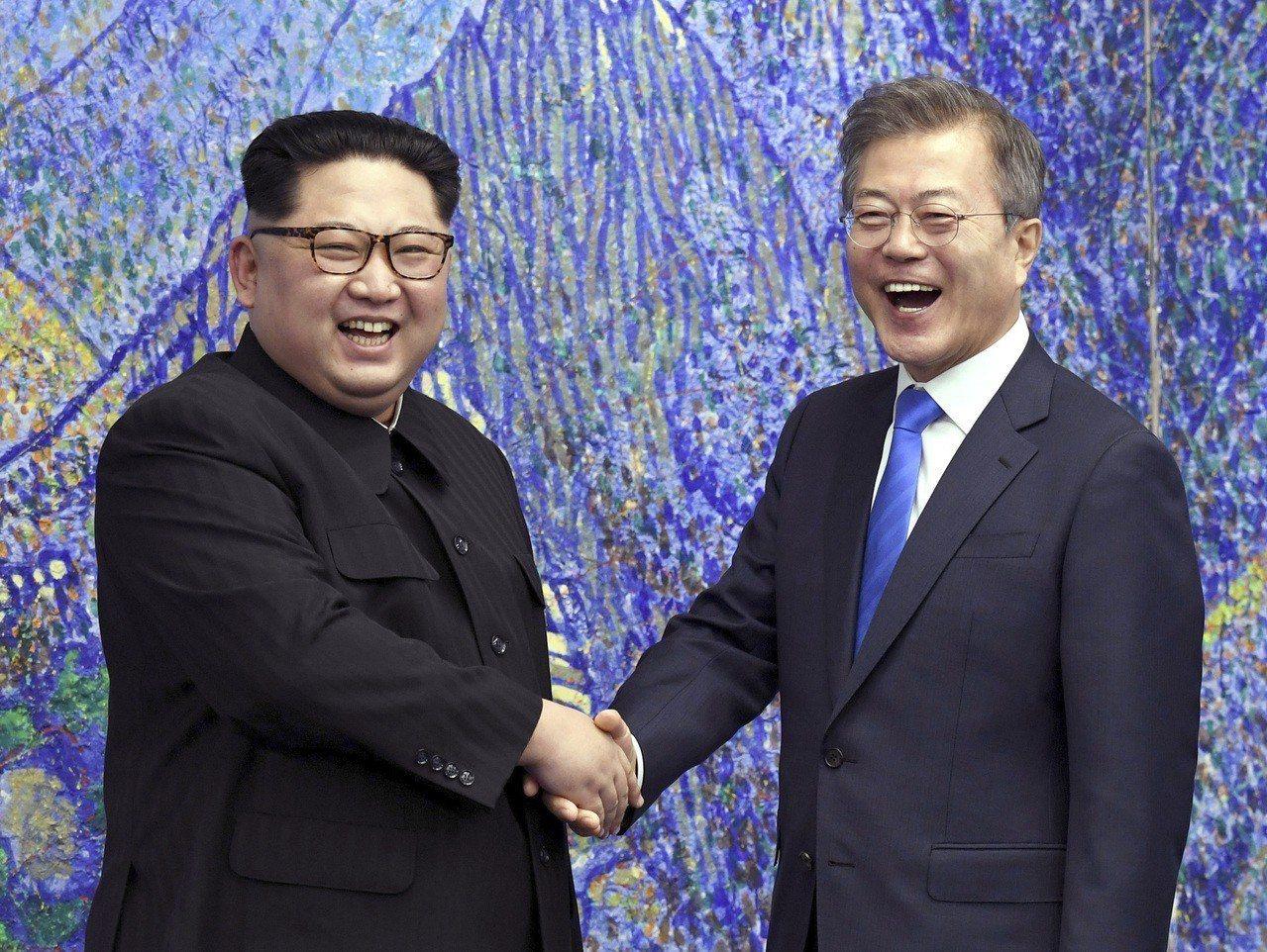 4月27日兩韓「文金會」時,北韓領導人金正恩(左)和南韓總統文在寅(右)看起來身...