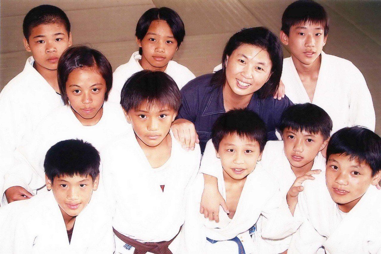 黃麗芬(後排右二)生前積極為台東培育柔道人才,在知本國小創建柔道隊近20年。圖/...
