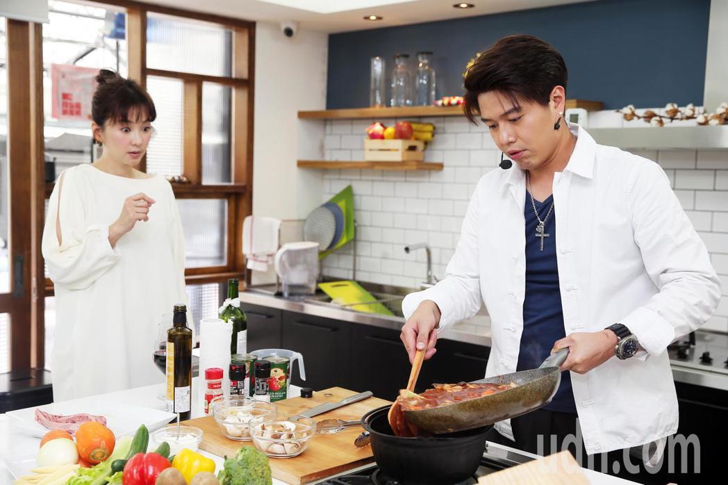 六月喜歡吃西餐,李易特別準備紅酒燉牛肉來討好愛妻。記者徐兆玄/攝影