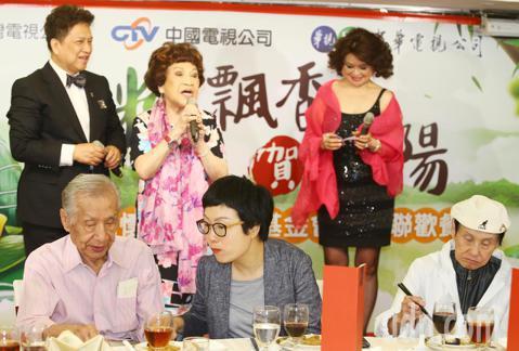 陳松勇、常楓、阿姑周遊、林沖、李璇等中午出席關懷演藝人員基金會舉辦的端午節餐會。