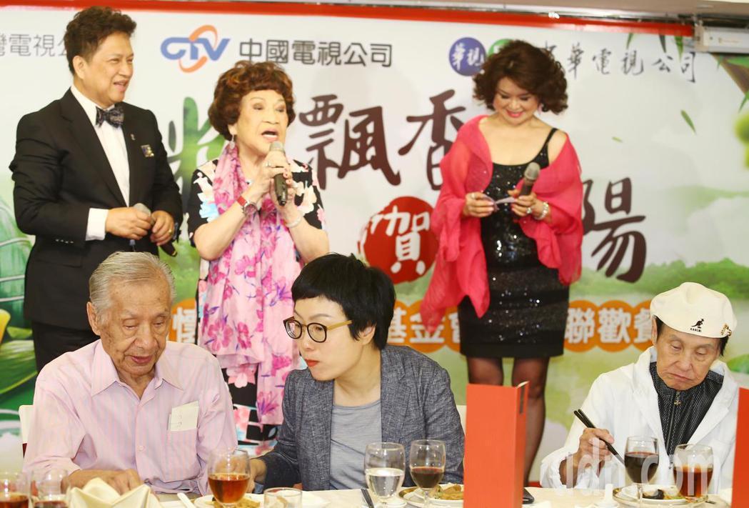 阿姑周遊(後排中)、常楓(前左)等出席關懷演藝人員基金會端午節餐會。記者曾學仁/