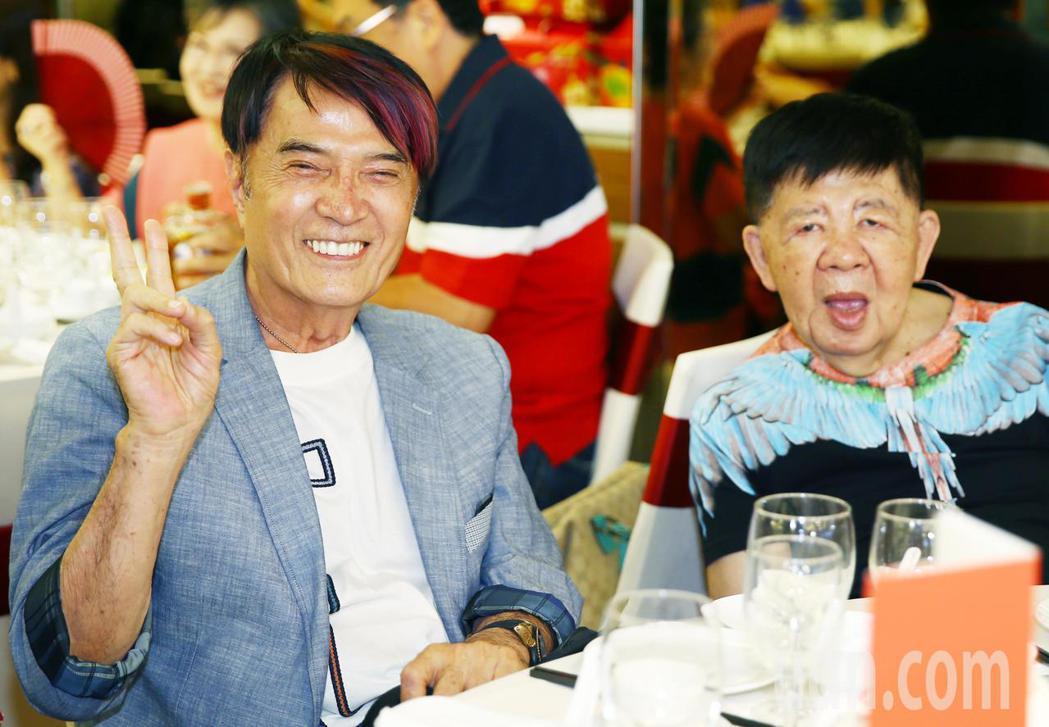 林沖(右)等下午出席關懷演藝人員基金會端午節餐會。記者曾學仁/攝影