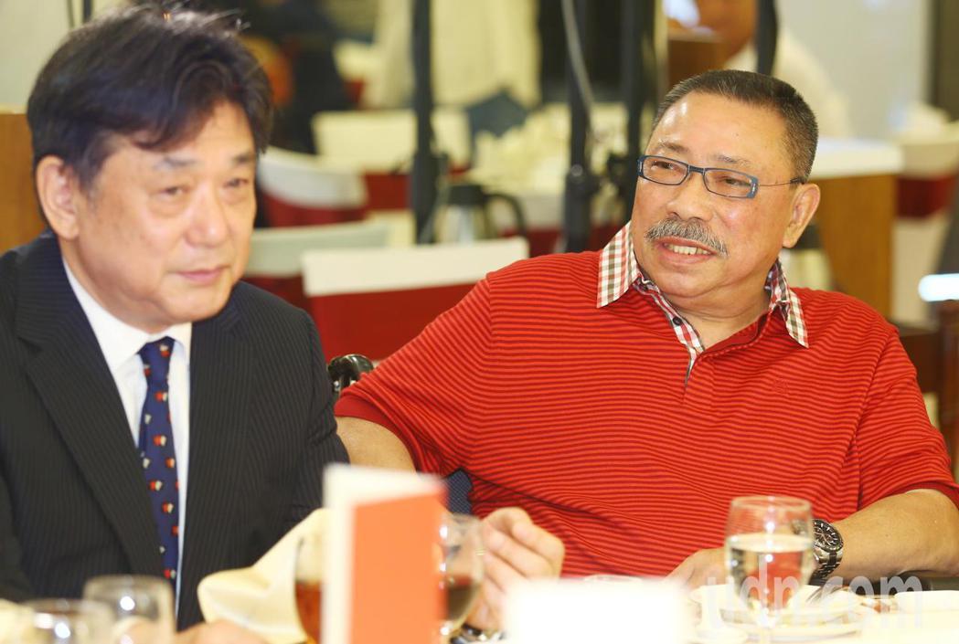 陳松勇(右)等下午出席關懷演藝人員基金會端午節餐會。記者曾學仁/攝影