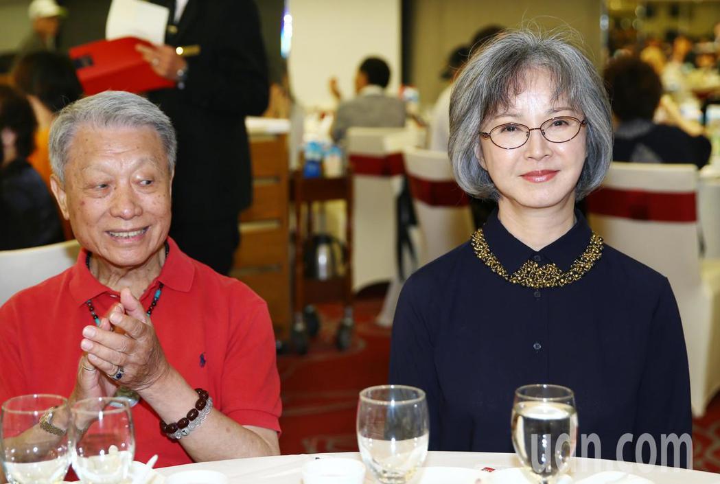 李璇(右)等下午出席關懷演藝人員基金會端午節餐會。記者曾學仁/攝影