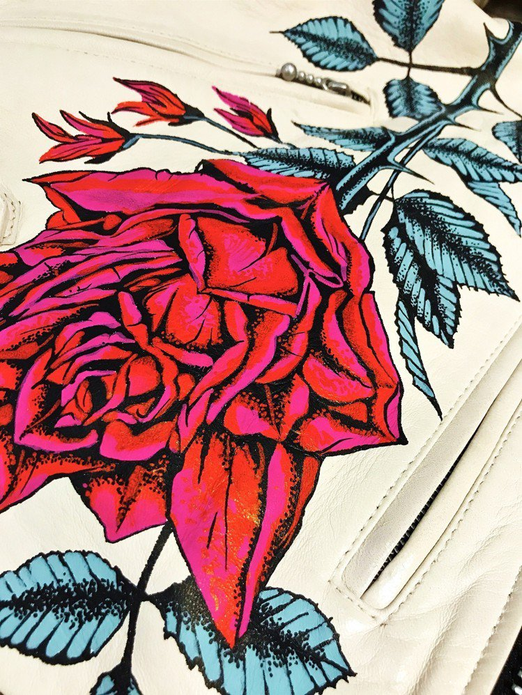 AllSaints為蕭敬騰特別設計的皮衣,以手工繪製的方式呈現薔薇圖騰。圖/Al...
