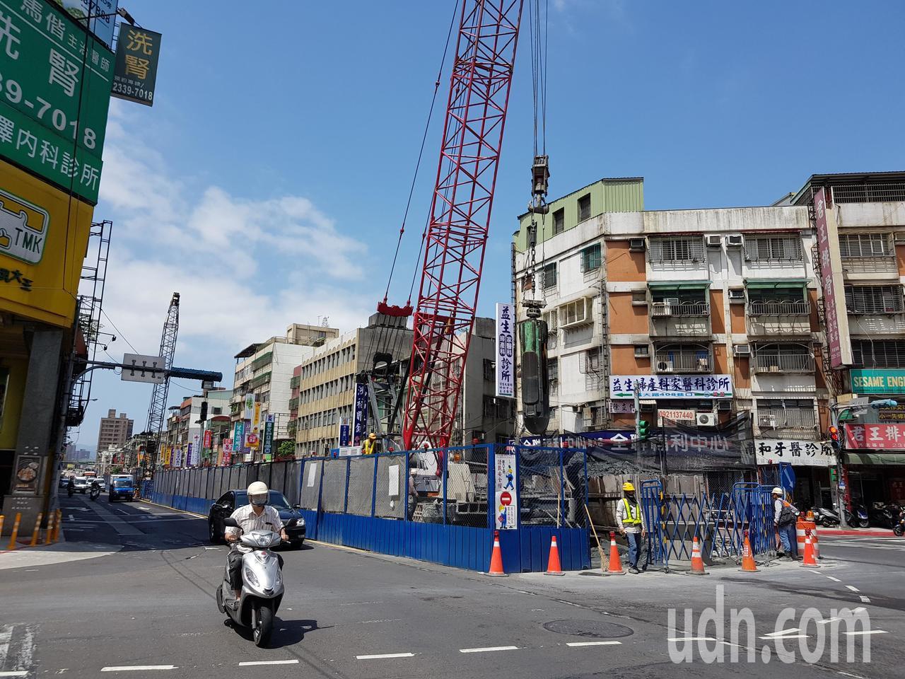 台北捷運萬大線土建工程已陸續進行中,萬大路等路段沿線都可見工程圍籬,慢半拍的列車...