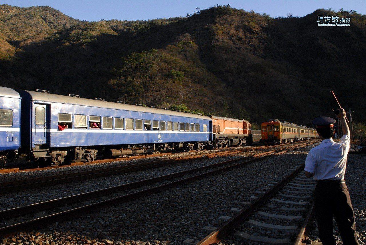 圖為行經枋野站的藍皮火車身影。圖/枋寮站提供。馬世駿攝影