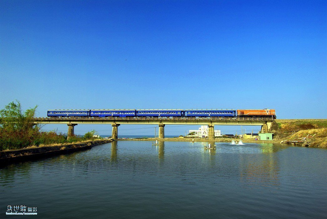 圖為行經內獅的藍皮火車身影。圖/枋寮站提供。馬世駿攝影