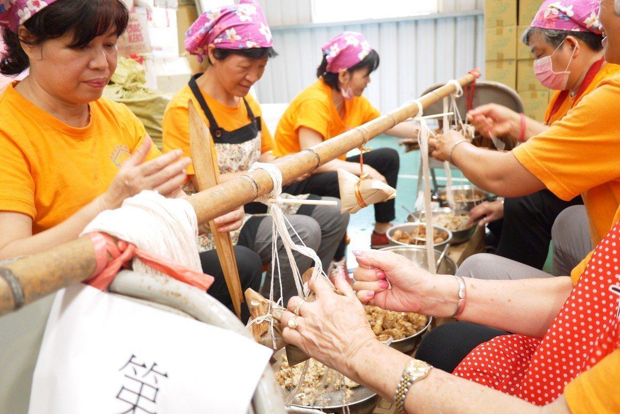 溫媽媽志工隊從選料、包蒸粽子都一手包辦。記者鄭國樑/攝影