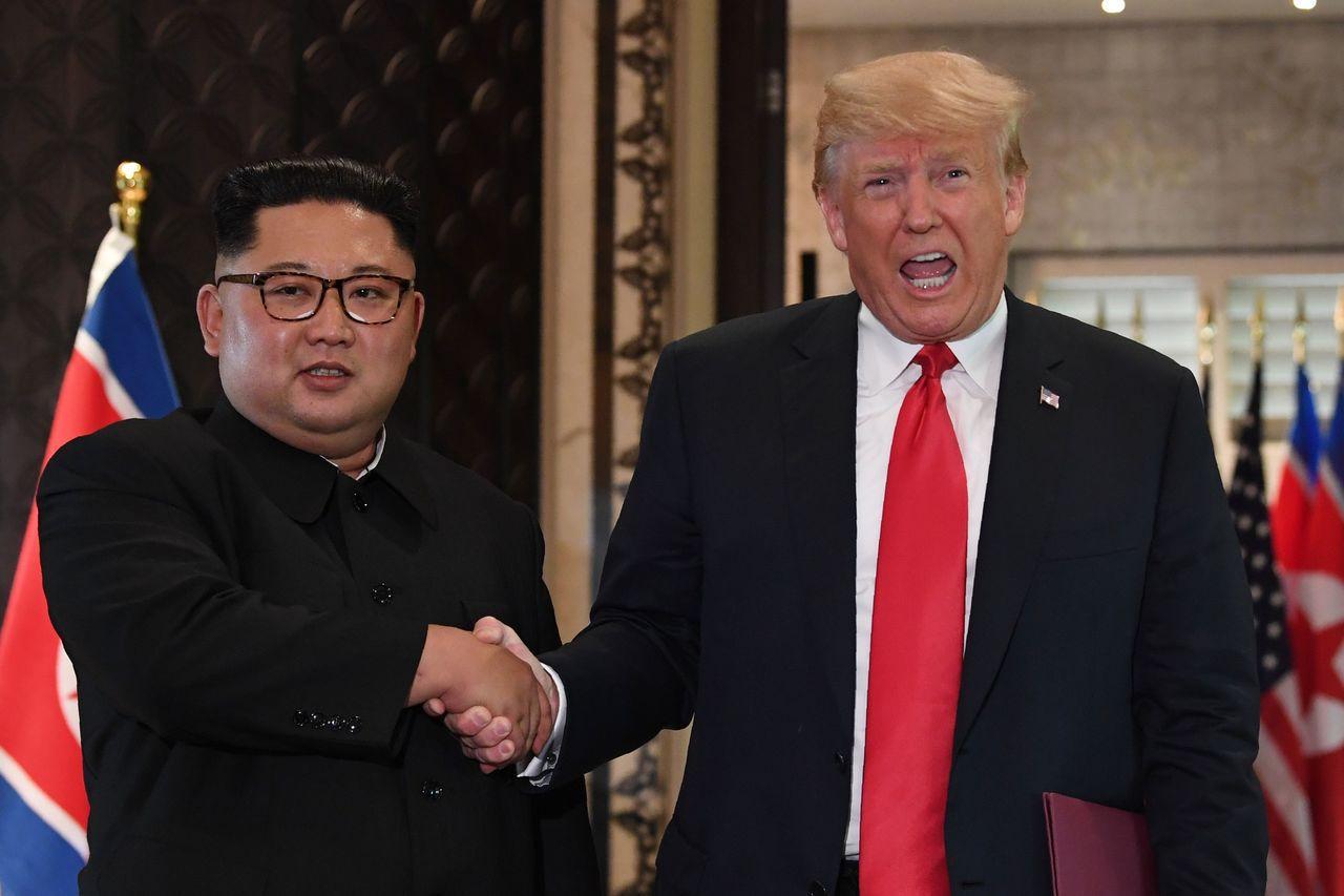 川普(右)和金正恩(左)歷史性一握,得諾貝爾和平獎的呼聲再起。 法新社