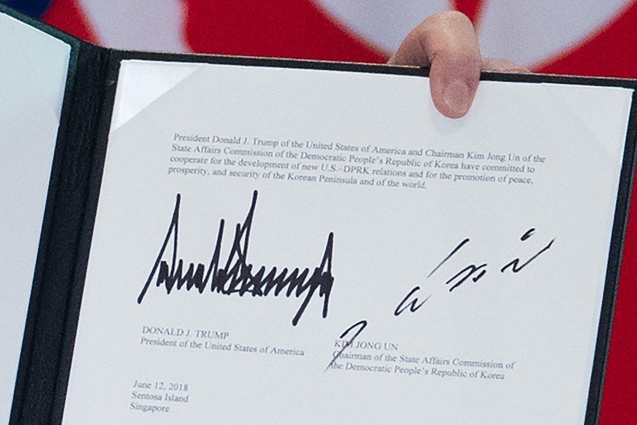 川普(左)與金正恩(右)的簽名透露兩人風格迥然不同。 法新社