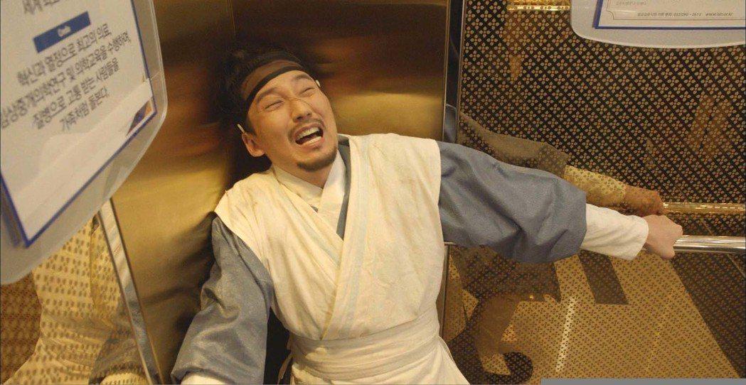金南佶在戲中穿越後呆萌反應十分逗趣。圖/東森戲劇台提供