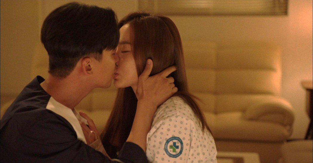 金南佶、金亞中在戲中有名的「承漿穴位之吻」。圖/東森戲劇台提供