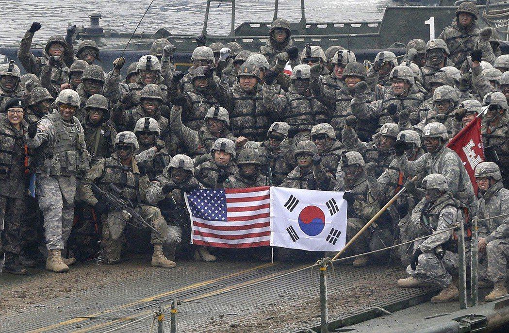 2015年12月美韓在京畿道進行聯合軍演,兩軍各自拿著國旗合影。美聯社