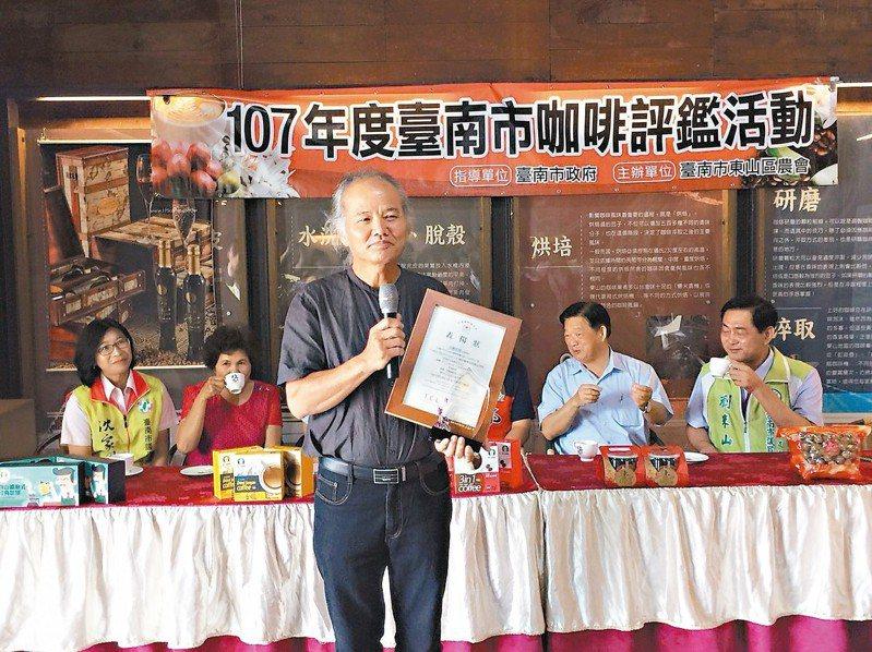 咖啡達人林俊吉獲台南市精品咖啡評鑑冠軍,咖啡豆送美國認證獲87.33分,是台灣有史以來最高分,由岳父郭雅聰代表領獎。 記者吳政修/攝影