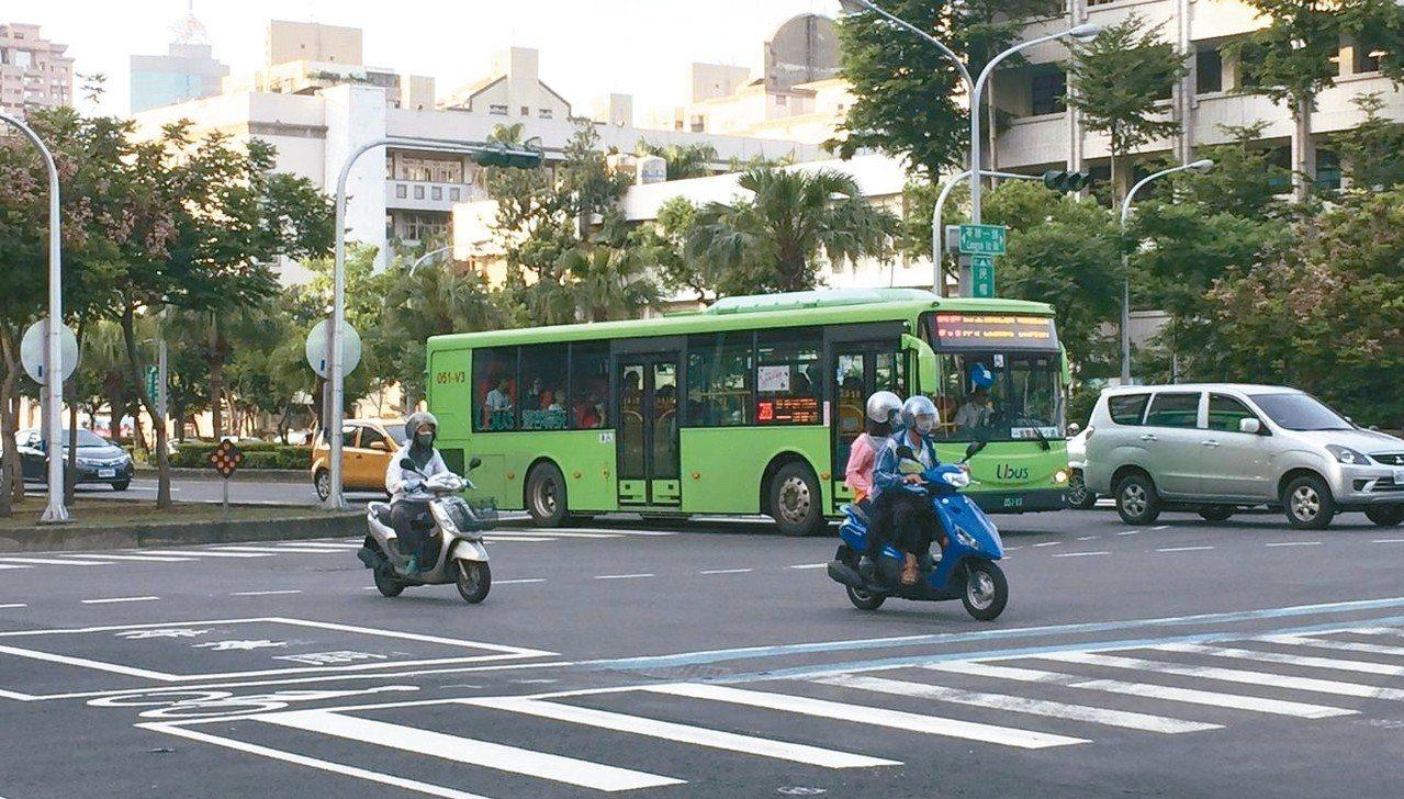 去年底到今年初,高市以免費搭大眾運輸的措施鼓勵市民少開車、騎機車,市府評估對減汙...