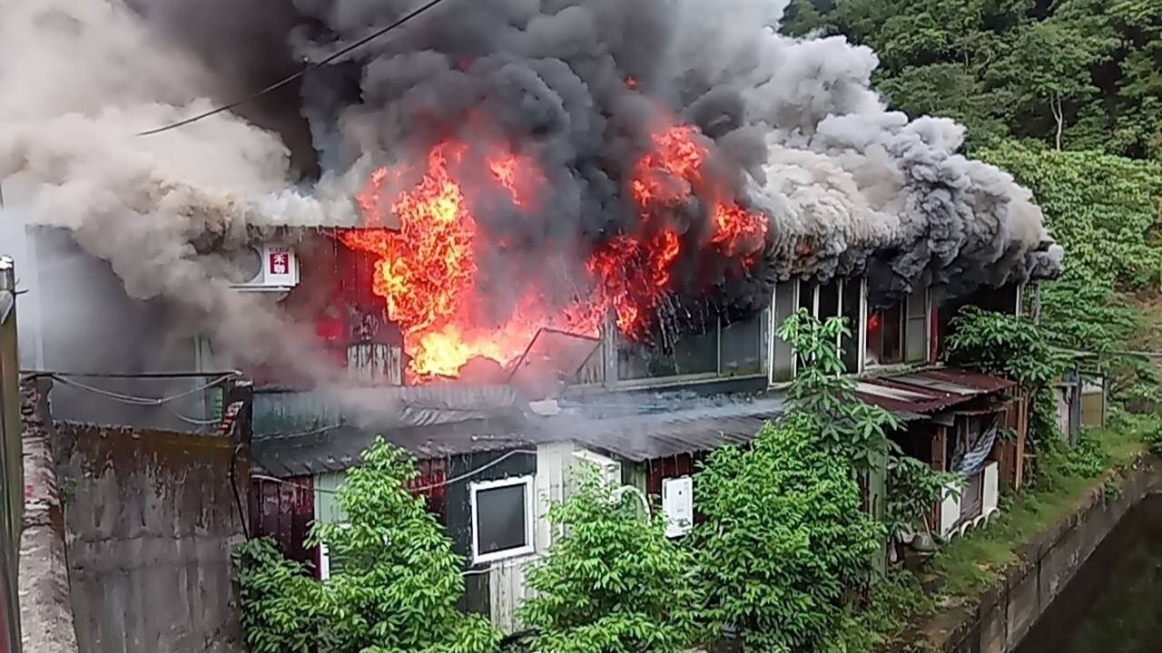 台北市大安區和平東路三段一棟鐵皮屋建物13日早上發生大火,冒出陣陣濃煙,消防局獲...