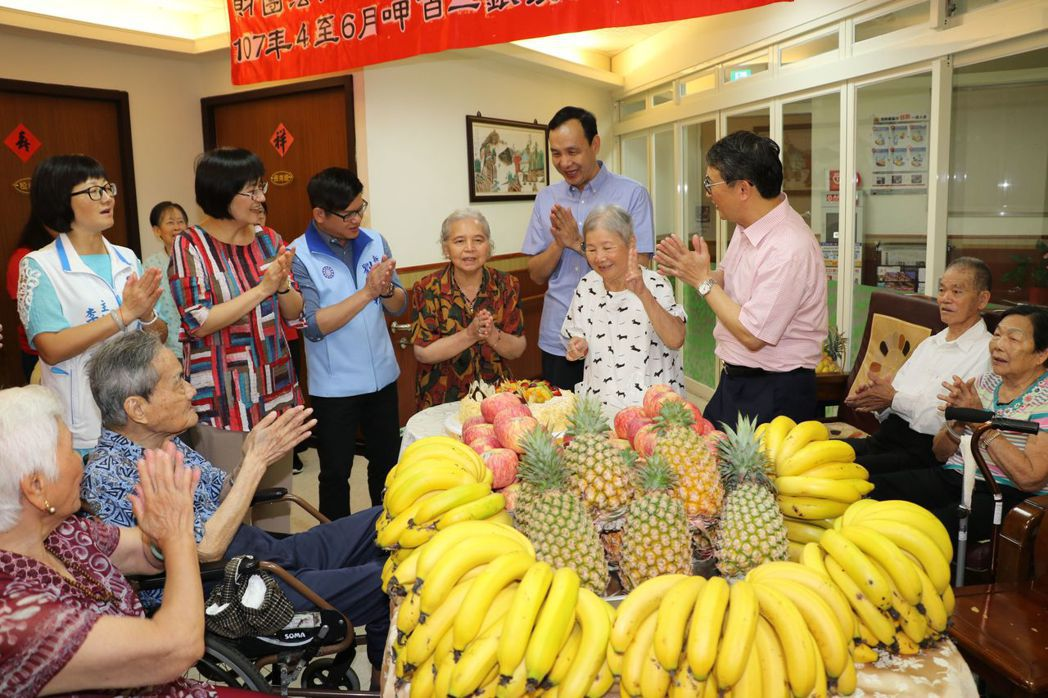 新北市長朱立倫昨慰訪長者,送上盛產的香蕉、鳳梨,外加蘋果,不過稍後探訪社工時,鳳...