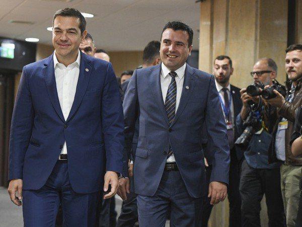 希臘總李齊普拉斯(左)與馬其頓總理柴伊夫。 (路透)