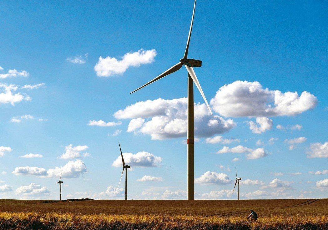 最新資料顯示,受到風力與太陽能發電成本下滑的帶動,全球對再生能源的投資已超越花在...
