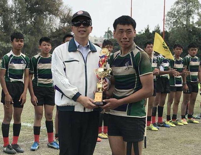 15歲的石門國中橄欖球隊隊長戴豫慶,領獎時激動落淚。他說:「練習了很久,太想贏了...