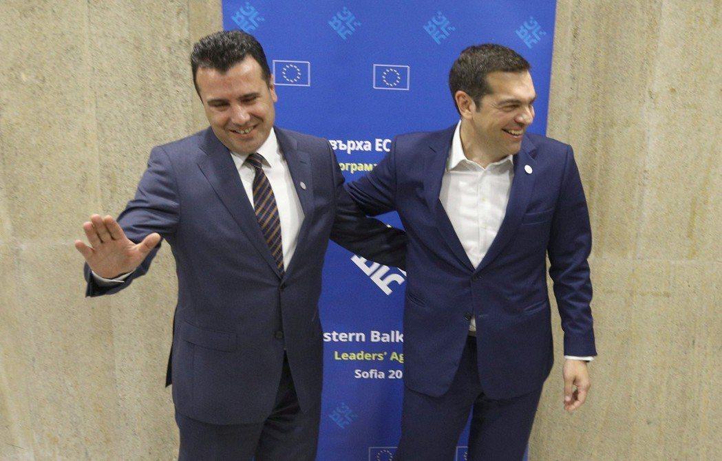 馬其頓將改名為「北馬其頓」。圖為今年5月兩國總理會面。 圖/路透社