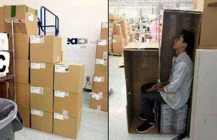 倉儲員工上班偷睡覺,將紙箱挖空躲在後面補眠。取自爆料公社