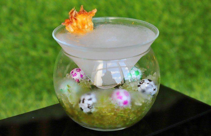 選用球型馬丁尼杯盛裝的「足球場的爭霸」以足球場做為發想概念。 六福旅遊集團/提供