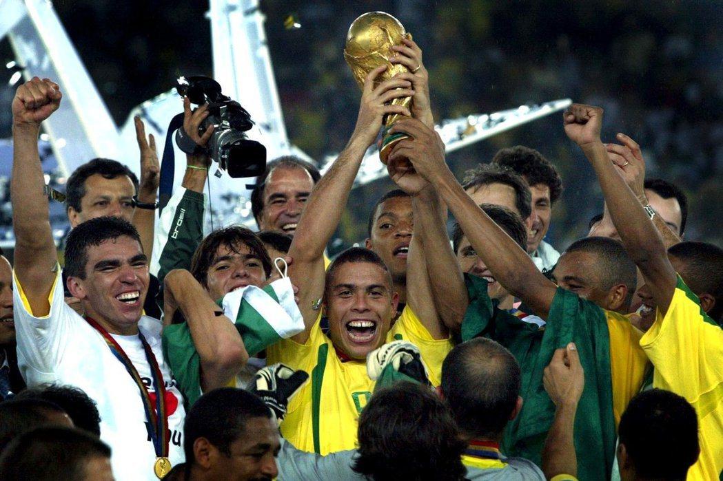 巴西球王比利曾這樣誇讚:「我的唯一傳人已經問世,他就是羅納度」! 美聯社