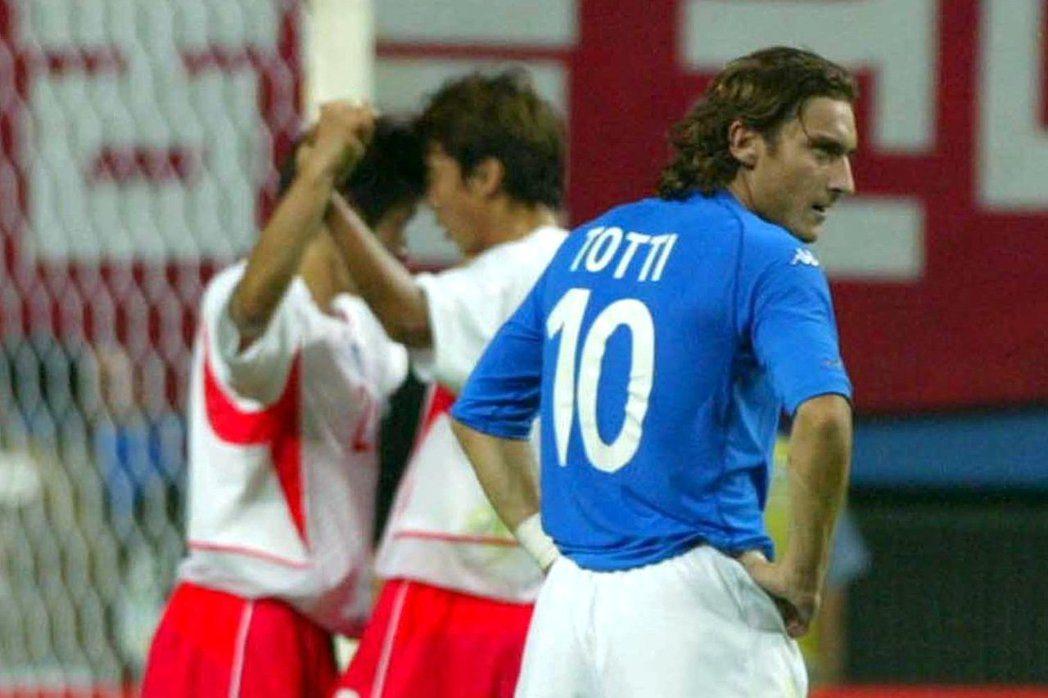 義大利王子托蒂在日韓世界盃因爭議判決出場,是世足賽最大黑幕。 美聯社