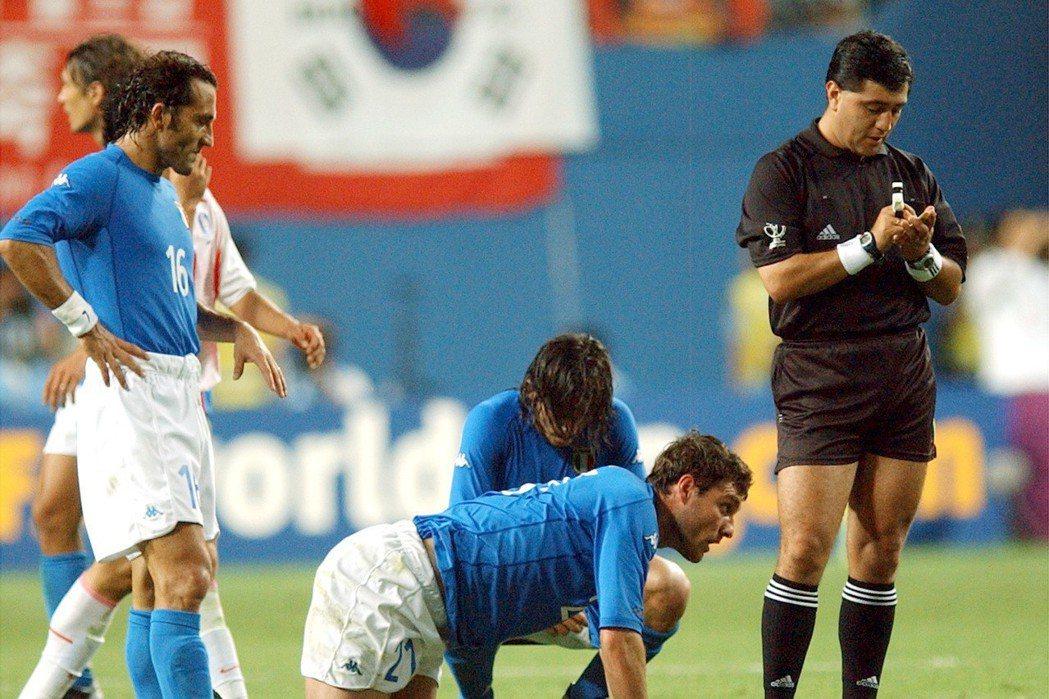 日韓世界盃南韓疑似買通裁判,讓義大利魂斷16強,自此將南韓球員列為拒絕往來戶。 ...