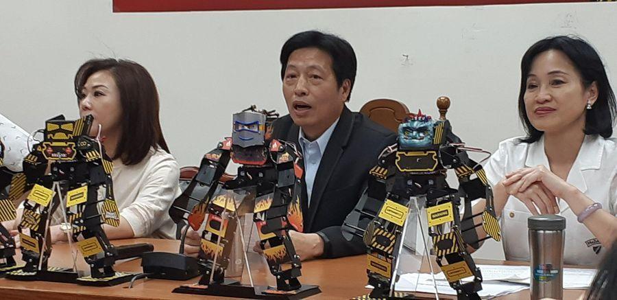 立委柯志恩與鄭寶清、李彥秀等人13日出席「大家一起玩機器人」記者會。 photo...
