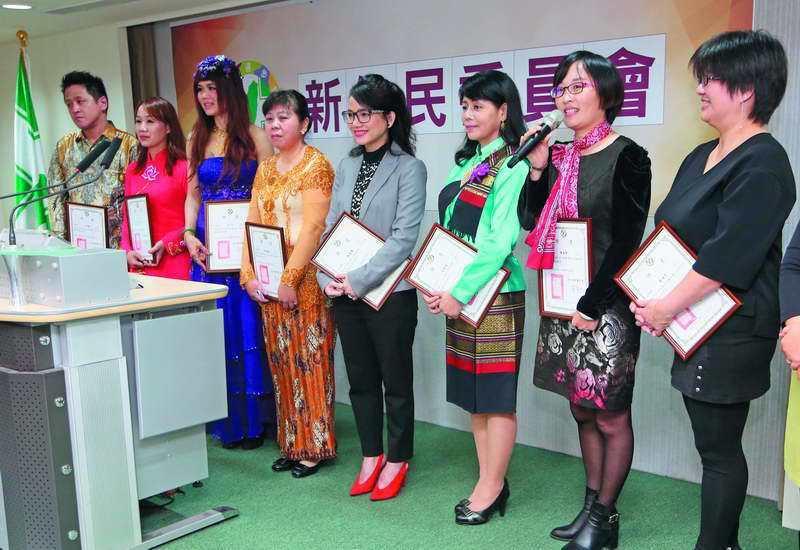 民進黨新住民委員會委員李孟涵(左二)有意參選,但缺乏經費。 攝影/郭晉瑋