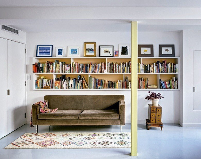 俏皮的亮黃色柱體、絨質長形沙發和色彩繽紛的書籍築起童話般的空間。