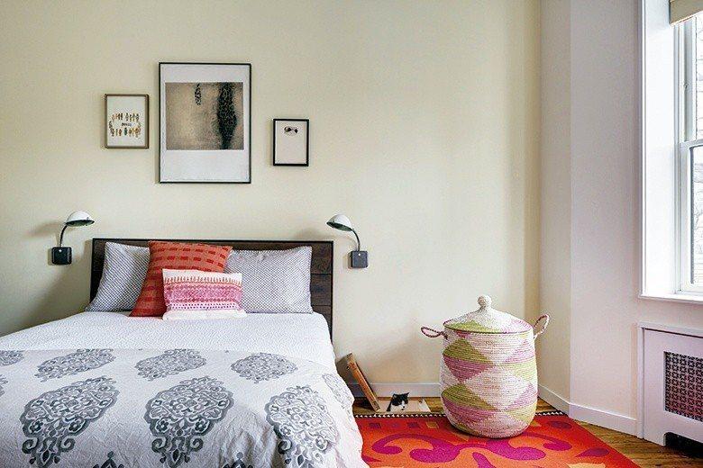 臥房搭配色彩斑斕的 地毯,展現舒適不拘一格的放鬆氛圍。