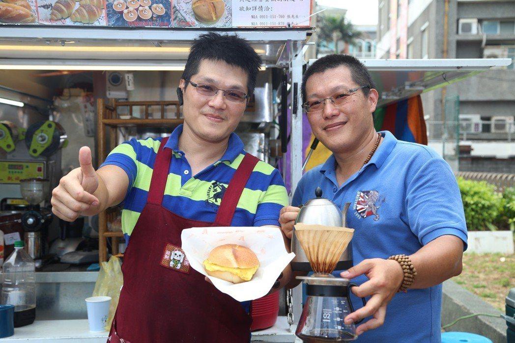 弟弟張宇禮(左)、與哥哥張好禮(右)兩人從科技業轉戰早餐業。 記者郭宣彣/攝影
