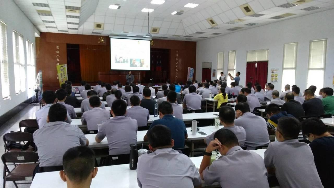 汽車達人龐德到台中市第一警分局上課,教員警安全駕駛觀念。記者游振昇/翻攝