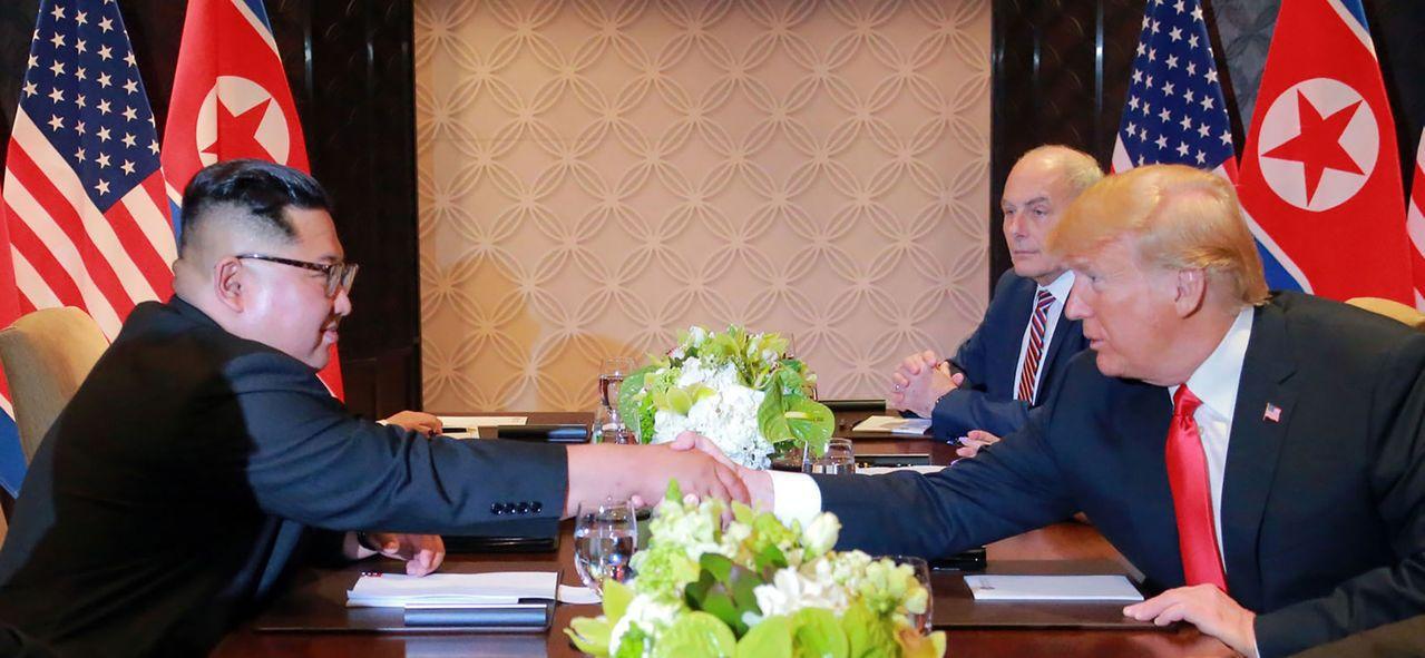 美國總統川普12日與北韓領導人金正恩舉行高峰會。法新社
